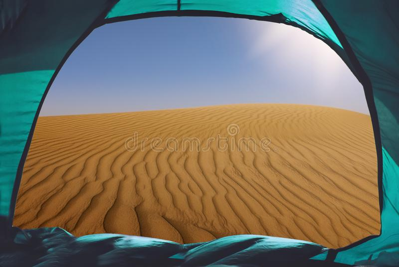 Accampandosi nel deserto immagini stock libere da diritti