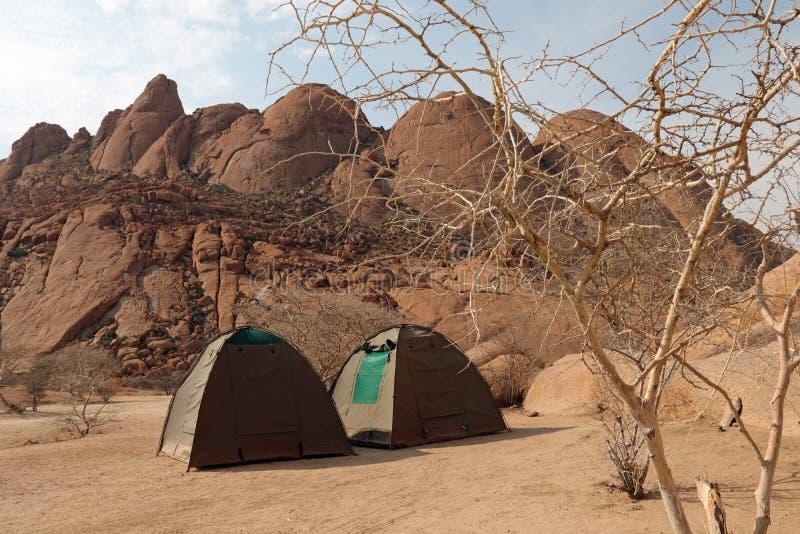 Accampandosi a Spitzkoppe in Nambia fotografie stock libere da diritti