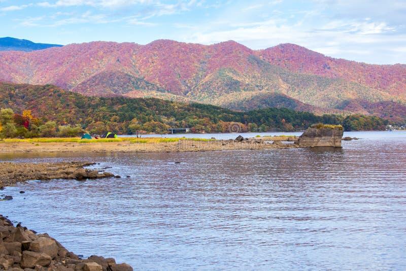 Accampi nella stagione di autunno delle montagne vicino del lago fotografia stock libera da diritti
