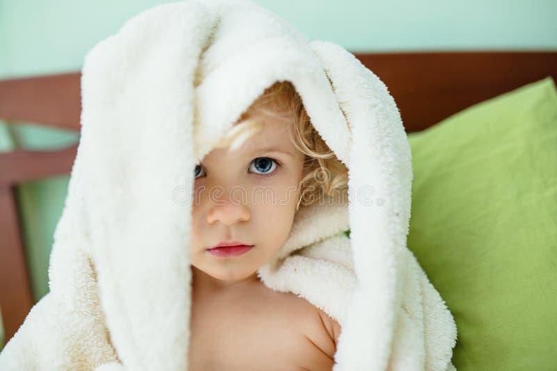 Accappatoio d'uso della ragazza del bambino fotografie stock libere da diritti