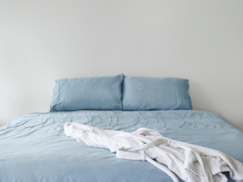 Accappatoio sul letto blu fotografia stock