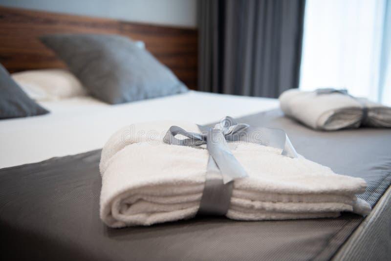 Accappatoio sul letto nella camera di albergo immagini stock libere da diritti