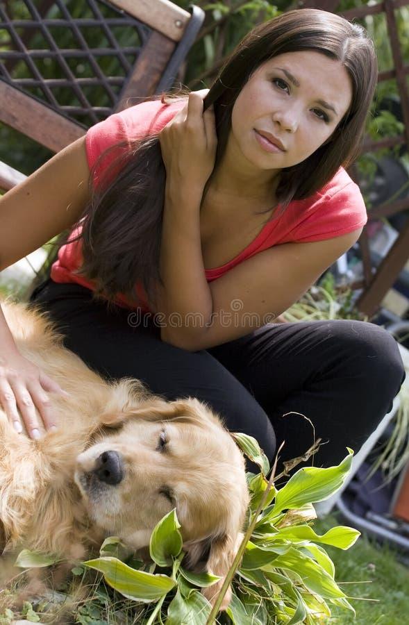 Accarezzare il cane fotografie stock libere da diritti