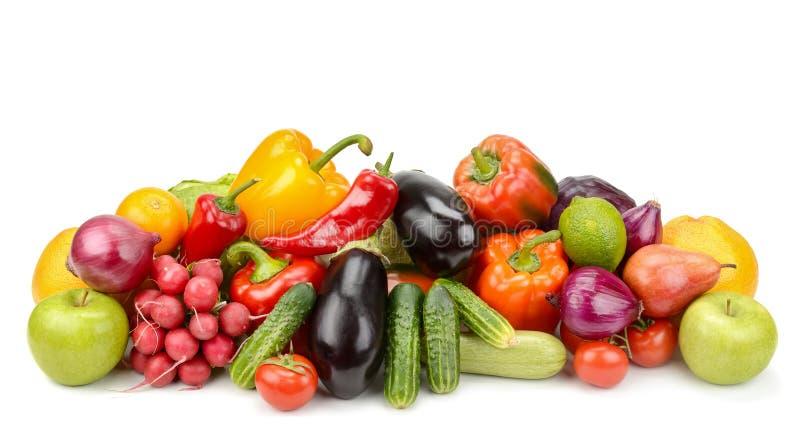 Accatasti gli ortaggi freschi e la frutta isolati su fondo bianco immagini stock libere da diritti