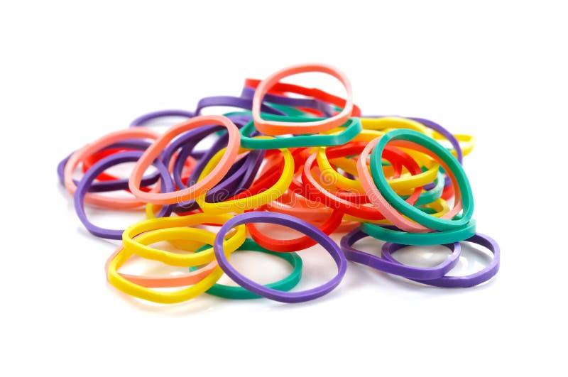 Accatasti le bande elastiche colourful isolate su fondo bianco fotografie stock