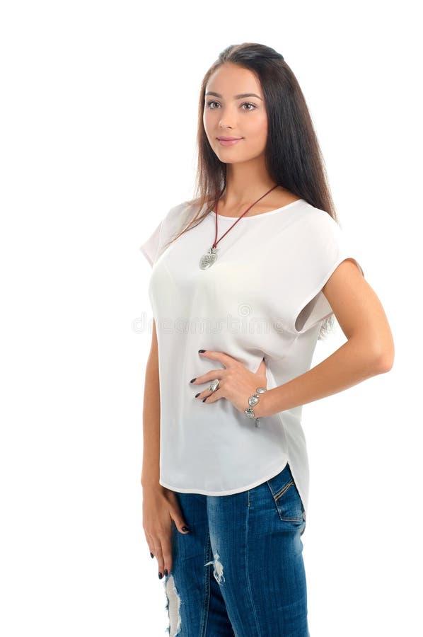 Acce alla moda d'uso di modello della bella giovane donna del ritratto dello studio fotografia stock libera da diritti