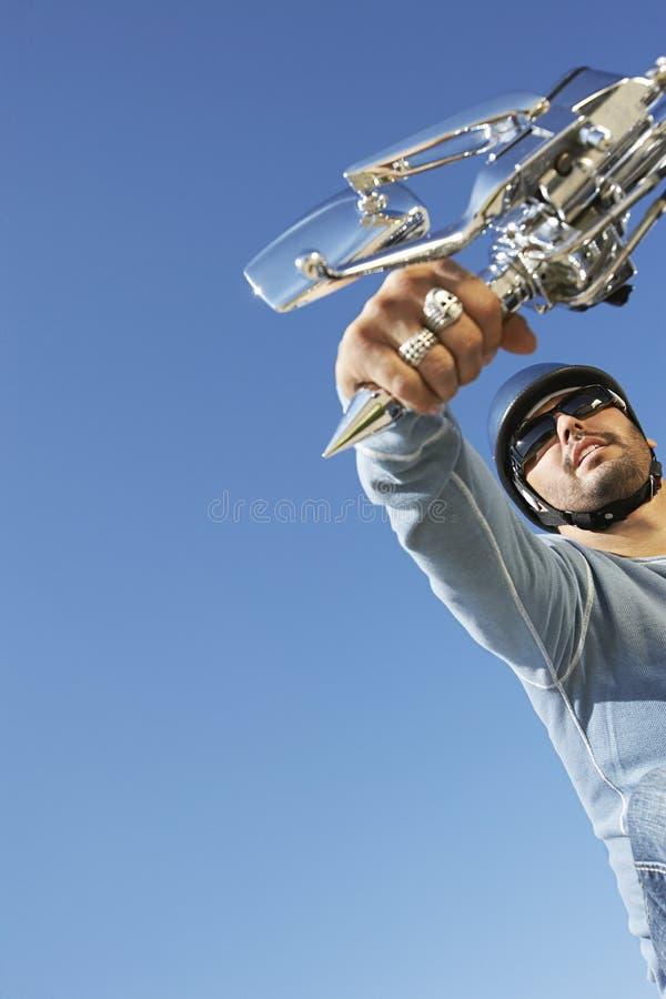 Acceleratore della bici della tenuta dell'uomo immagini stock