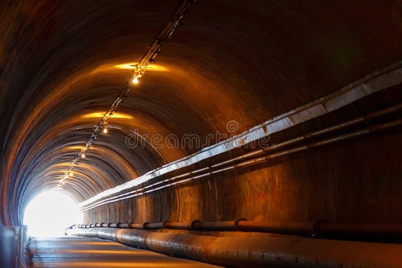 Accenda all'estremità del tunnel, pedone del tunnel fotografia stock