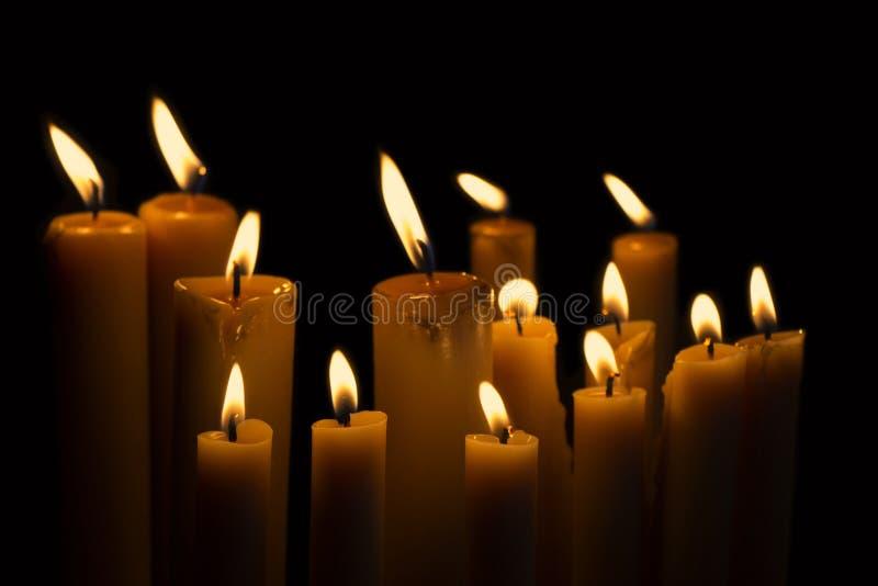 Accenda la bruciatura di molte candele immagini stock libere da diritti