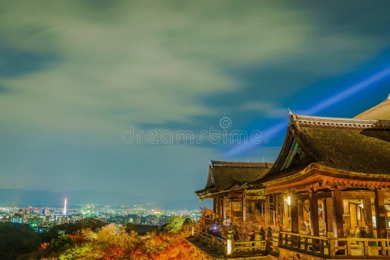 accenda la manifestazione del laser alla bella architettura in Kiyomizu-dera fotografie stock libere da diritti