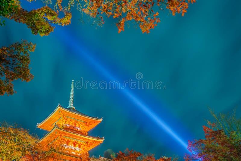 accenda la manifestazione del laser alla bella architettura in Kiyomizu-dera T fotografia stock