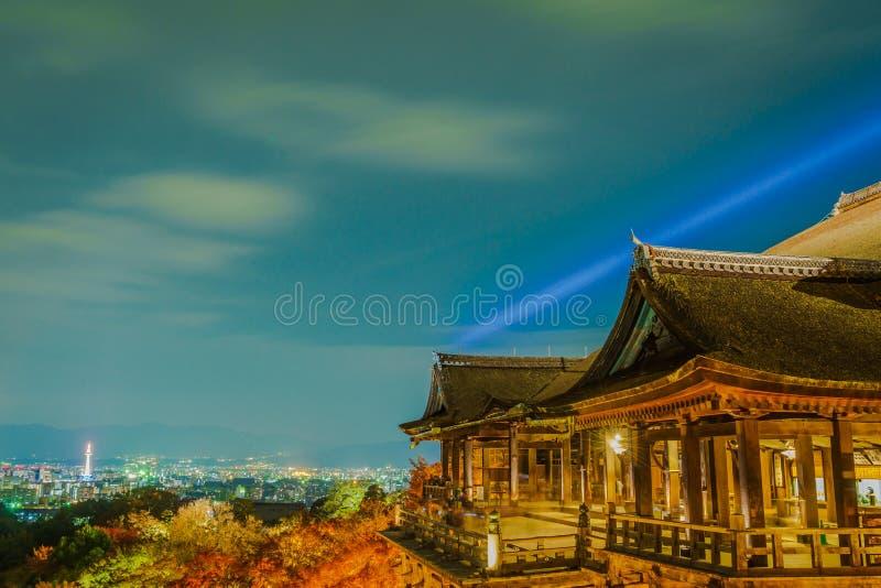 accenda la manifestazione del laser alla bella architettura in Kiyomizu-dera T immagine stock