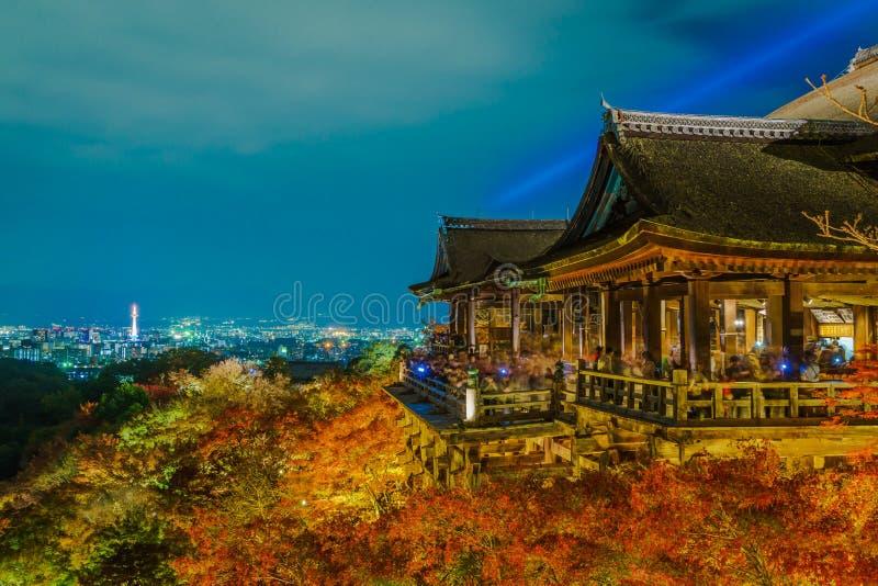 accenda la manifestazione del laser alla bella architettura in Kiyomizu-dera T immagine stock libera da diritti