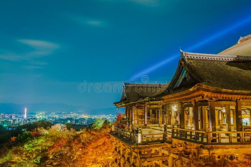 accenda la manifestazione del laser alla bella architettura in Kiyomizu-dera T immagini stock