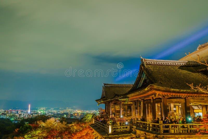 accenda la manifestazione del laser alla bella architettura in tempio di Kiyomizu-dera fotografia stock libera da diritti