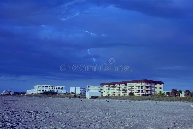 Accendendosi alla spiaggia fotografia stock