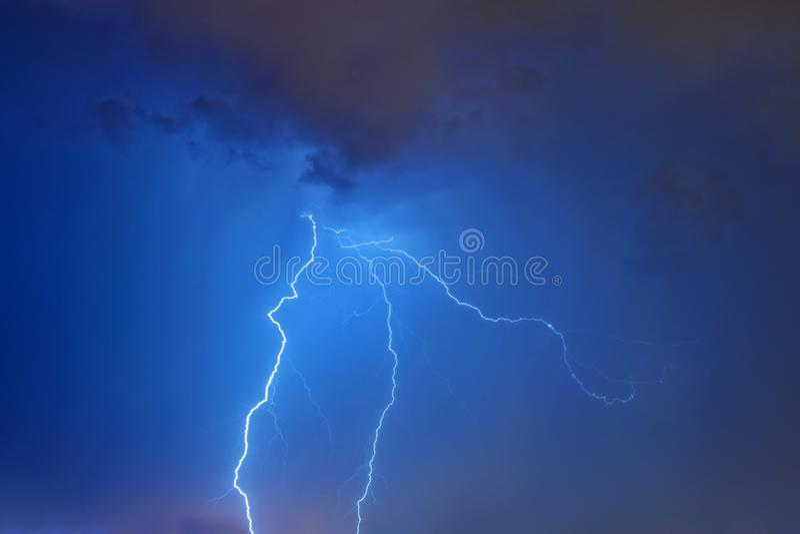 Accensione del bullone alla notte fotografia stock libera da diritti