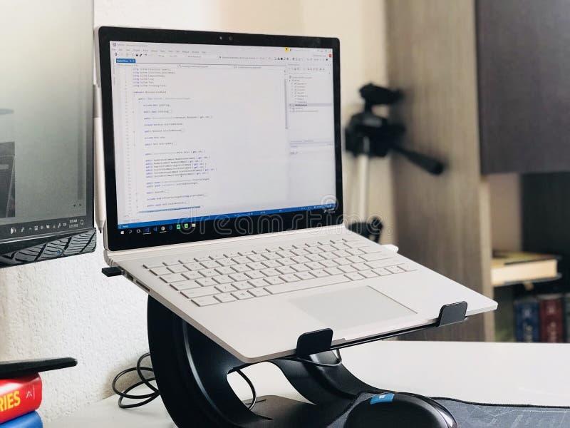 Accensione del computer portatile bianco fotografia stock