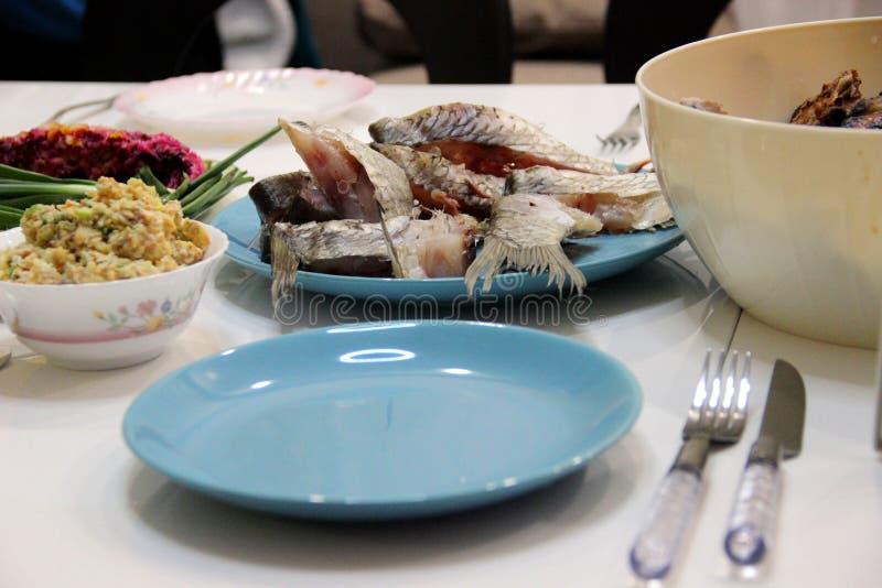 Accento alla moda blu luminoso sull'atmosfera rilassata della tavola Aspetto Unpresentable delle foto dei piatti di ogni giorno fotografie stock