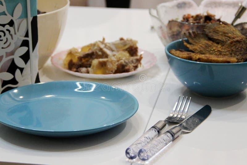 Accento alla moda blu luminoso sull'atmosfera rilassata della tavola Aspetto Unpresentable delle foto dei piatti di ogni giorno fotografia stock