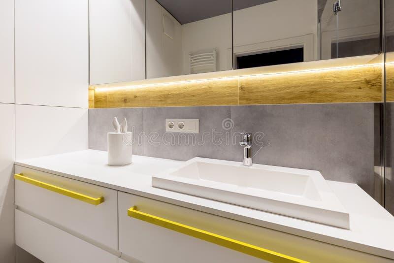 Accents jaunes dans la salle de bains moderne photo libre de droits
