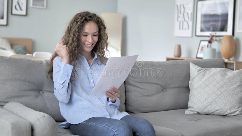 Accepteer Curly Hair Woman Cheering tijdens het lezen van een nieuw contract stock fotografie