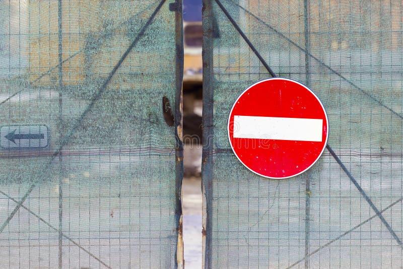 Acces a nié le signe accrochant sur une barrière en métal photos libres de droits