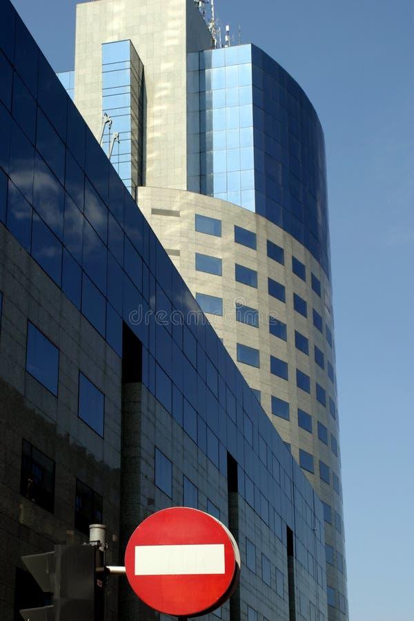 Acces verweigerte vor einem neuen Bürogebäude stockfotografie