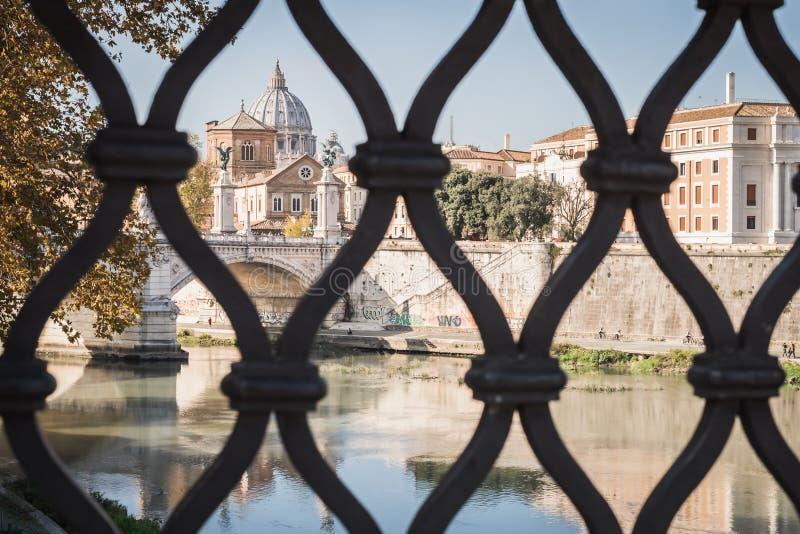 Acceso al Vaticano de un puente romano sobre el Fiume Tevere en Roma fotografía de archivo