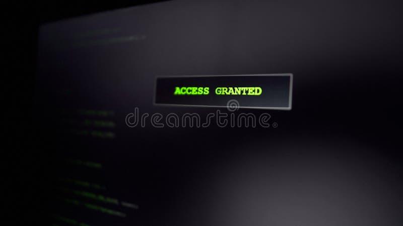 Acceso concedido en la pantalla, criminal de ordenador que corta el sitio web, tentativa acertada foto de archivo libre de regalías
