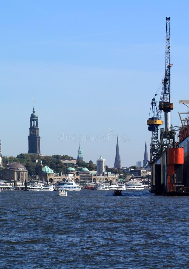 Acceso de Hamburgo con la iglesia del St. Michaelis fotografía de archivo