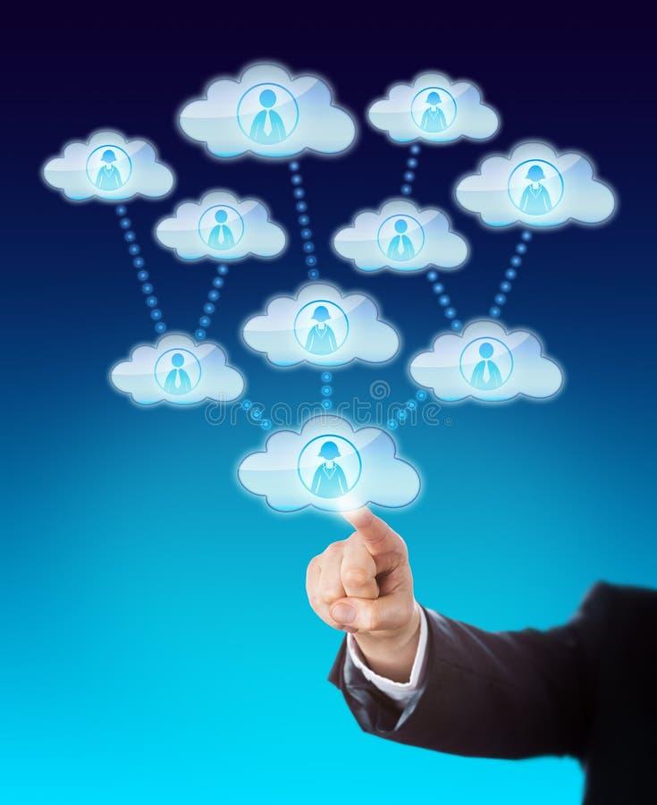Acceso de la ayuda de muchos trabajadores en la nube imágenes de archivo libres de regalías