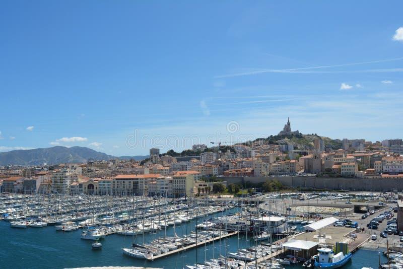 Acceso de Marsella, Francia Cielo azul y la ciudad en el fondo imágenes de archivo libres de regalías