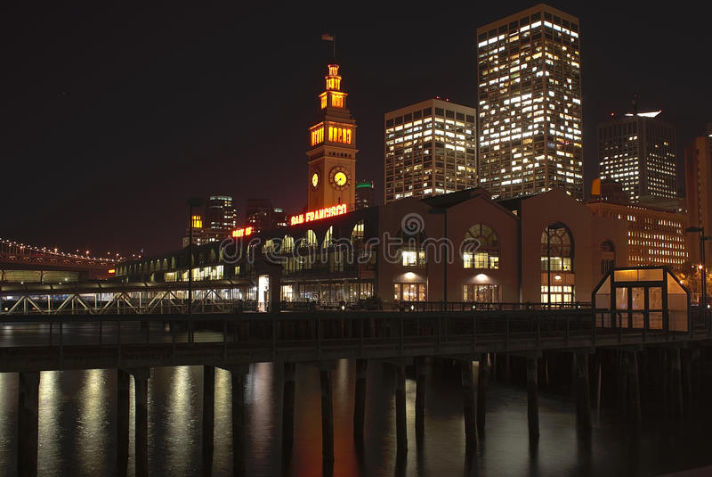 Acceso de San Francisco, Embarcadero en la noche fotografía de archivo libre de regalías