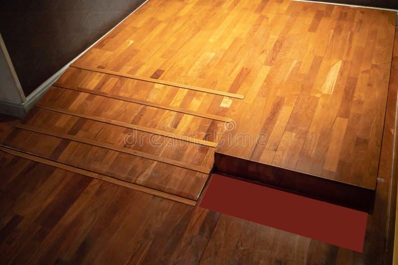 Acceso en rampa, usando rampa de la silla de ruedas en fondo de madera del piso fotos de archivo libres de regalías
