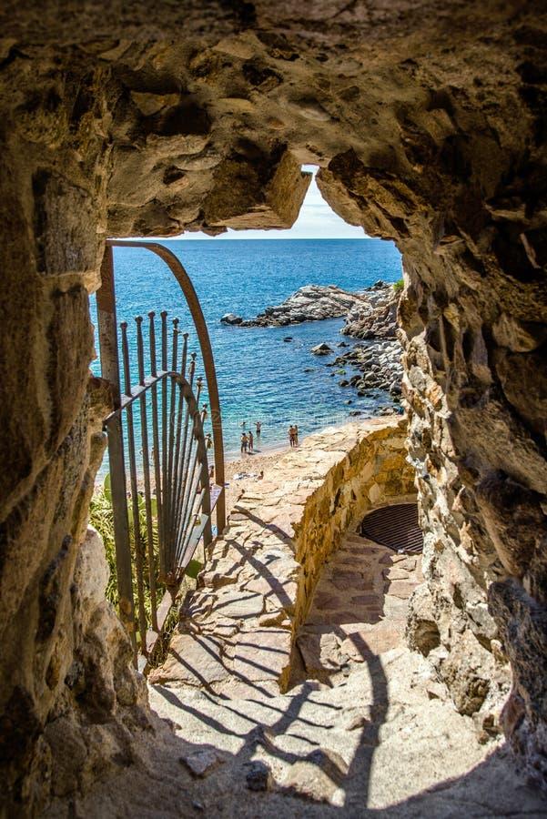 acceso a la playa a través de la pared de la fortaleza en Tossa de Mar imágenes de archivo libres de regalías