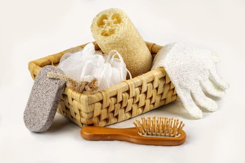 Accesorio del baño, diverso balneario y productos del threatment de la belleza, exfoliante corporal en cesta de madera imagen de archivo