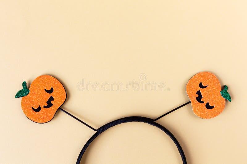Accesorio del partido de Halloween, borde con dos calabazas brillantes con las caras espeluznantes lindas Fondo amarillo en color imagenes de archivo