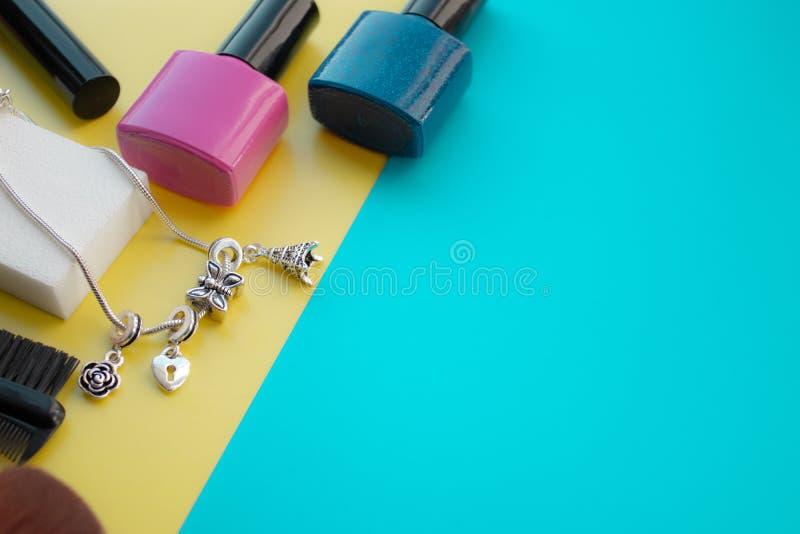 Accesorios cosméticos El cepillo para se ruboriza, cepilla, barniza en un fondo amarillo, verde foto de archivo
