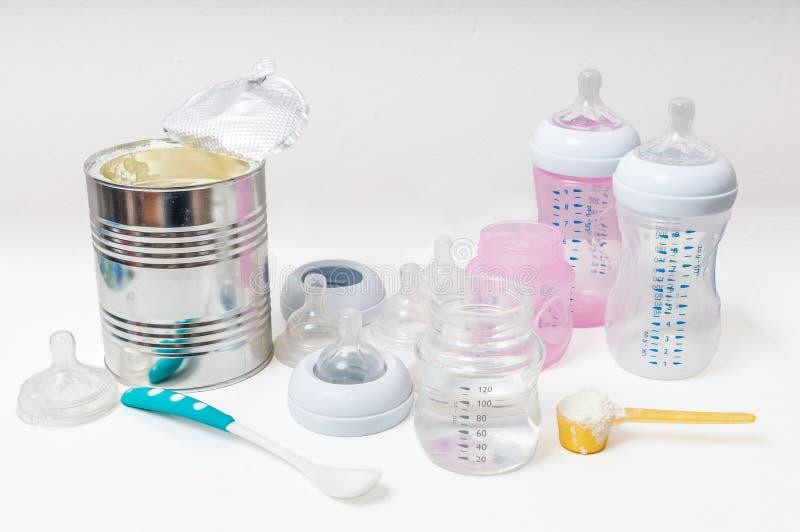 Accesorios de alimentación del bebé - botellas, entrerroscas, pezones imagenes de archivo