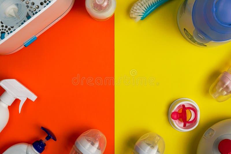 Accesorios de amamantamiento y de esterilización del bebé, endecha plana fotografía de archivo
