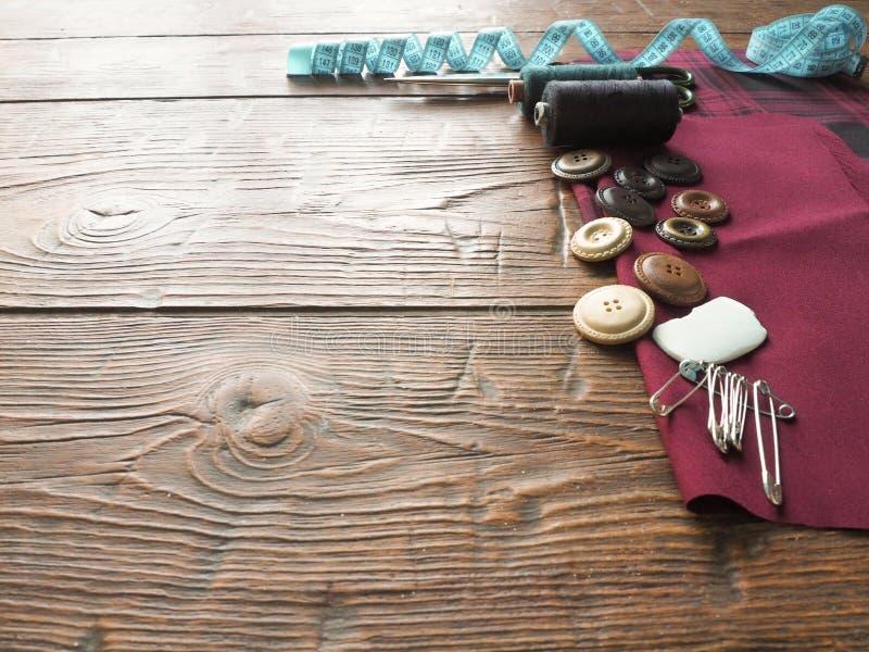 Accesorios de costura en un fondo de madera fotografía de archivo libre de regalías