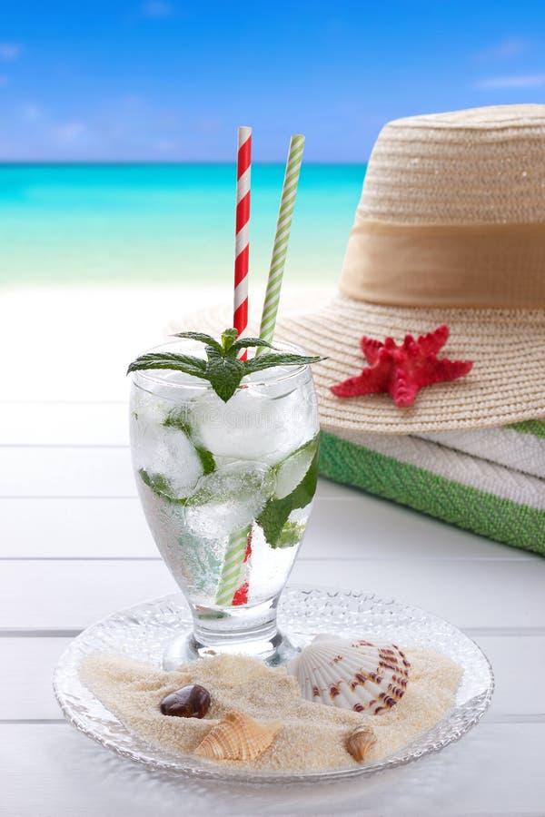 Accesorios de la bebida y de la playa del verano imagen de archivo libre de regalías