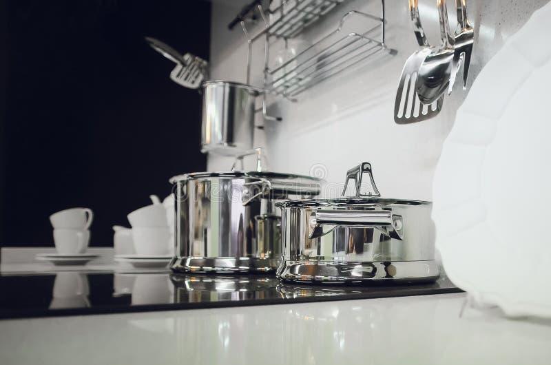 Accesorios de la cocina, platos Interior moderno de la cocina imagen de archivo libre de regalías