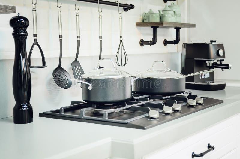 Accesorios de la cocina, platos Interior moderno de la cocina fotografía de archivo