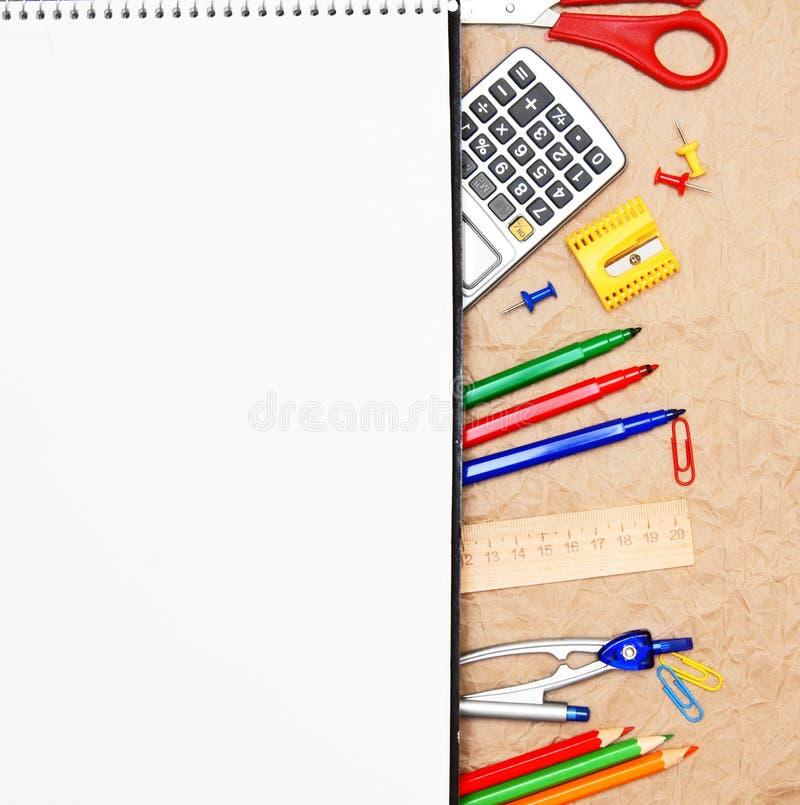 Accesorios de la escuela en el papel rumpled. foto de archivo libre de regalías
