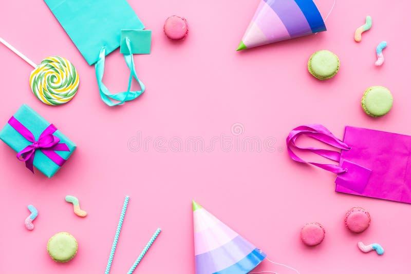 Accesorios de la fiesta de cumpleaños Vaya de fiesta el sombrero, dulces, bolsa de papel para el regalo en maqueta rosada del esp imágenes de archivo libres de regalías