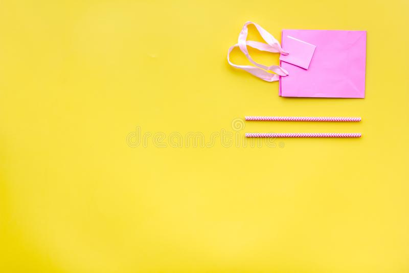 Accesorios de la fiesta de cumpleaños Vaya de fiesta el sombrero, dulces, bolsa de papel para el regalo en mofa amarilla de la co imágenes de archivo libres de regalías