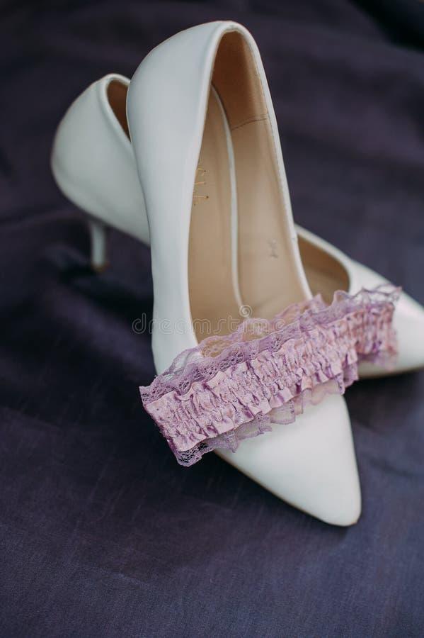 Accesorios de la novia: ate la blusa, liga, planos del ballet, zapatos de tacón alto foto de archivo