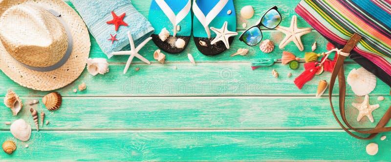 Accesorios de la playa con las conchas marinas en el tablero de madera imagenes de archivo